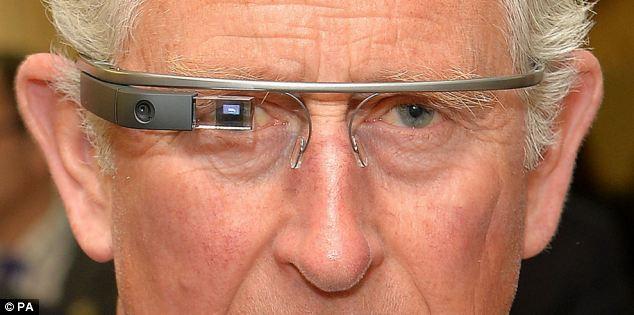 El Príncipe Carlos de Gales prueba Google Glass