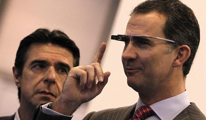 Príncipe Felipe repite y prueba Google Glass